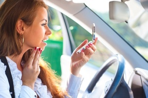woman-applying-makeup-in-car